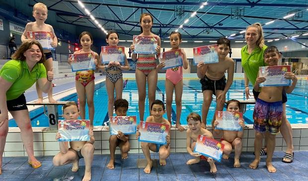 Grote trots en blijdschap zaterdag 10 april in Zwembad de Peppel. Na een lange lockdown waarin zwemlessen niet mogelijk waren, konden vandaag bijna dertig kinderen hun felbegeerde zwemdiploma in ontvangst nemen.