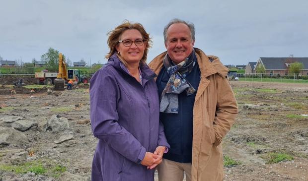 <p>Theo en Johanna Castrop met op de achtergrond het terrein van Het Vertrouwde Dorp </p>