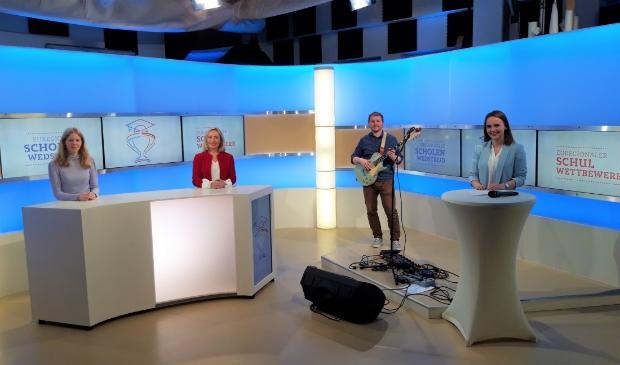 De prijsuitreiking van de Euregionale Scholenwedstrijd vond plaats in een televisiestudio in Duisburg. V.l.n.r. Heidi de Ruiter, Margot Ribberink, August Klar en Sina Kuipers.