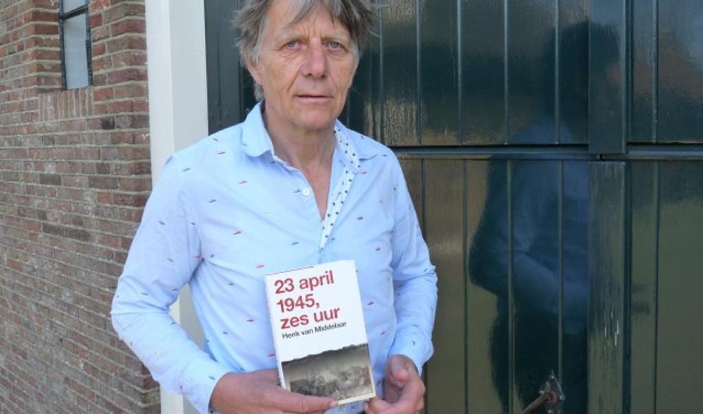 Schrijver Henk van Middelaar met een eerder geschreven boek Maranke Pater © BDU media
