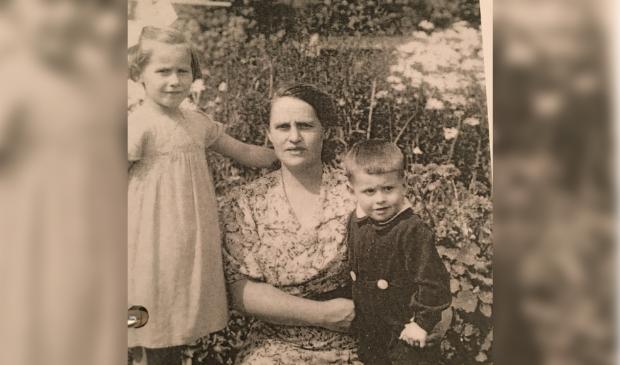 <p>Moeder Margaretha met Clara en Henk in Middelharnis.&nbsp;</p>