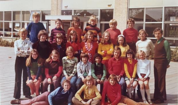<p>Een klassenfoto uit 1974: de zesde klas van de Minister de Visserschool met meester Boor.</p>