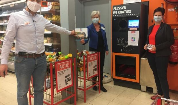 Supermarktmanager Tim Walg, Jenny Branderhorst en Carola Verbraak voor de statiegeldautomaat