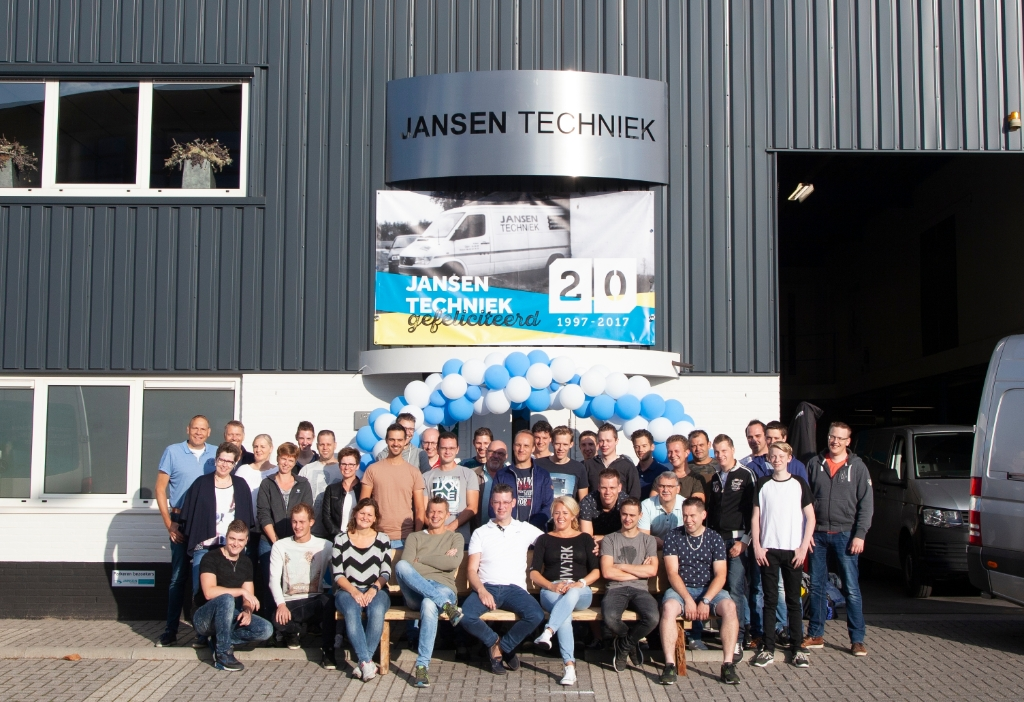 <p>Foto van de eigenaren en medewerkers van Jansen Techniek tijdens het 20-jarig bestaan in 2017.</p> <p>Jansen Techniek</p> © BDU media