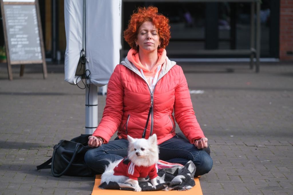 Stille Yoga Manifestatie op het Polderplein Jan Aukes © BDU media