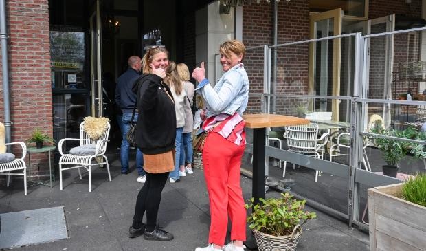 <p>In de rij voor een plekje op het terras van Grand Caf&eacute; De Lindenhof aan de Van Weedestraat.</p>
