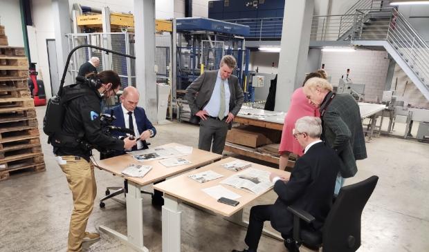 <p>Directeur Cornell Heutink (links) en hoofdredacteur Steef de Bruijn bekijken de eerste exemplaren van het gerestylde RD.</p>