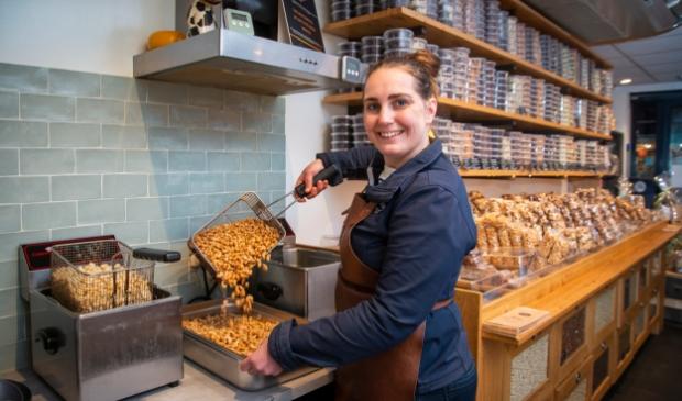 <p>Inge Overeem brandt dagelijks noten.</p>