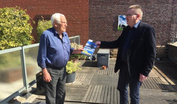 <p>De 95-jarige ontvanger, verzetsstrijder Fokko Spier en Alfons van Bokhorst, die samen met Leen Fijnekam initiatiefnemer van de uitgave is.</p>