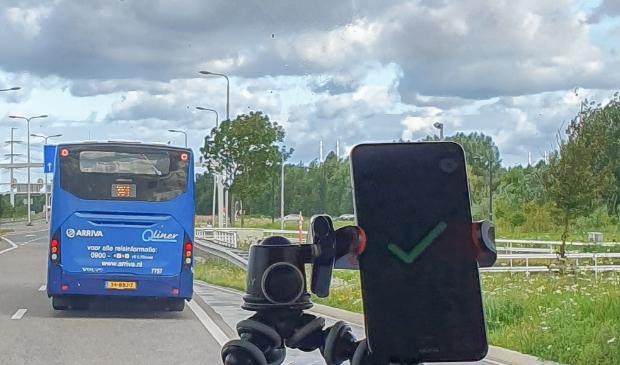 <p>Via een app op een mobiele telefoon op het dashboard kon voorrang worden aangevraagd bij het verkeerslicht. </p>