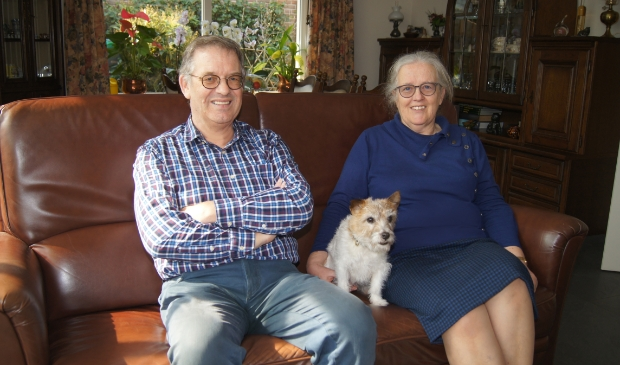 <p>Anton, Joke en hond Loney genieten van de natuur in het midden van het land.</p>