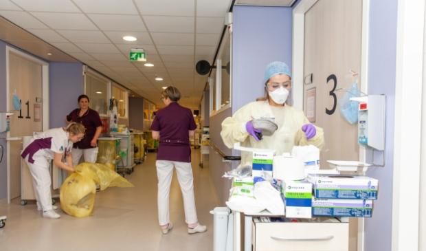 <p>Corona-afdeling in het Albert Schweitzer ziekenhuis tijdens de eerste golf, toen de zorg plots werd overvallen door een personeelstekort.</p>