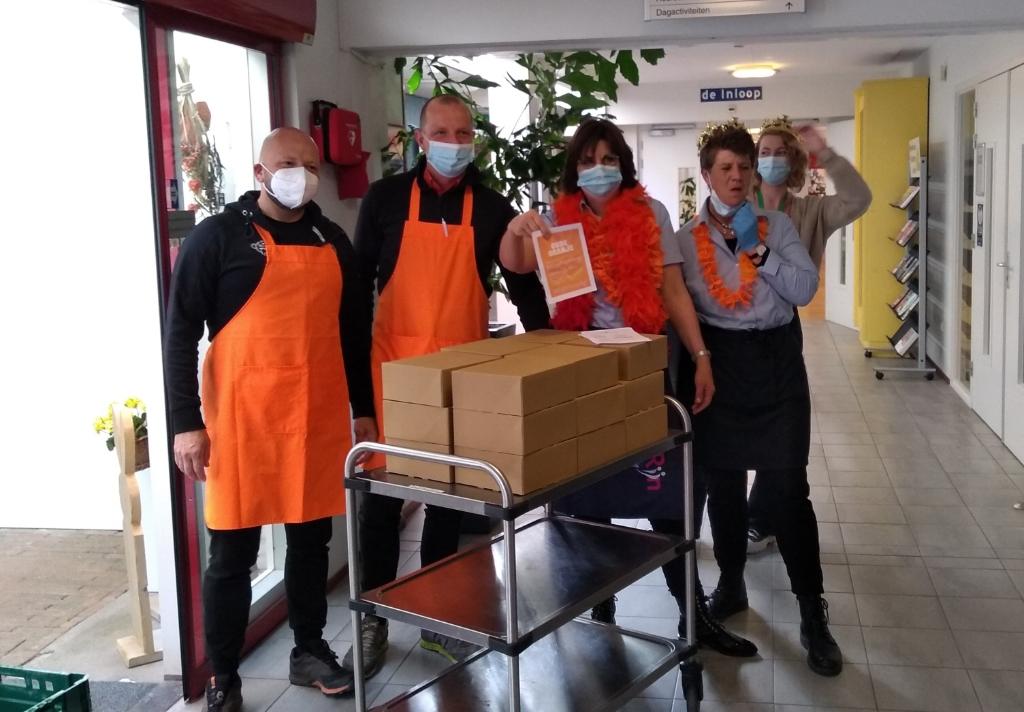 <p>Ondernemers verrasten de bewoners met een Oranje Tompouce.</p> <p>Agnes Corbeij</p> © BDU media
