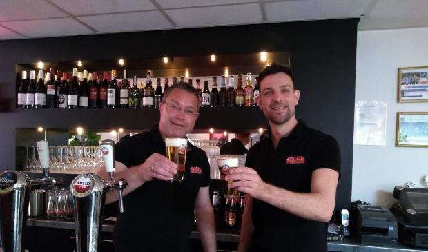 Marco van Soest en Koen Spit proosten met het eerste biertje. De Bank en Co is weer geopend.