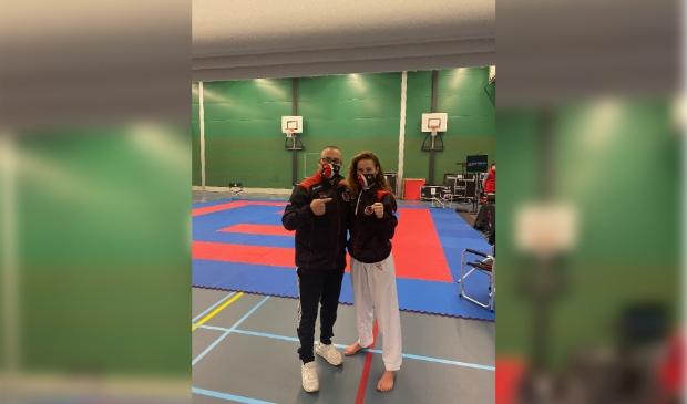 KaratekaLynn Snel (rechts) en coach Nabil Ou-Aissa blij met ticket voor OKT