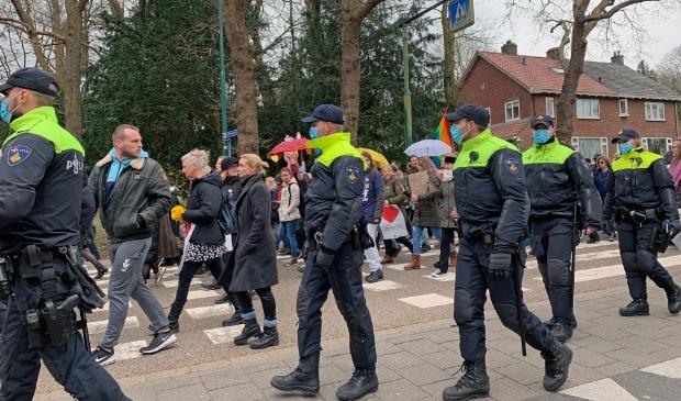Grote politiemacht bij Mars voor de vrijheid, hier op de Eemnesserweg. Hans Veltmeijer © BDU media