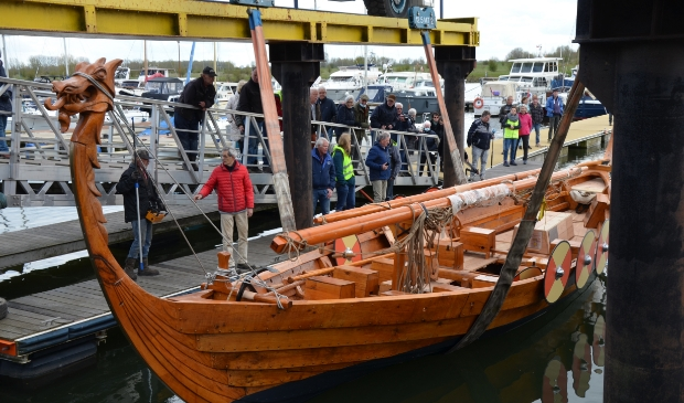 Het Vikingschip ligt veilig in het water