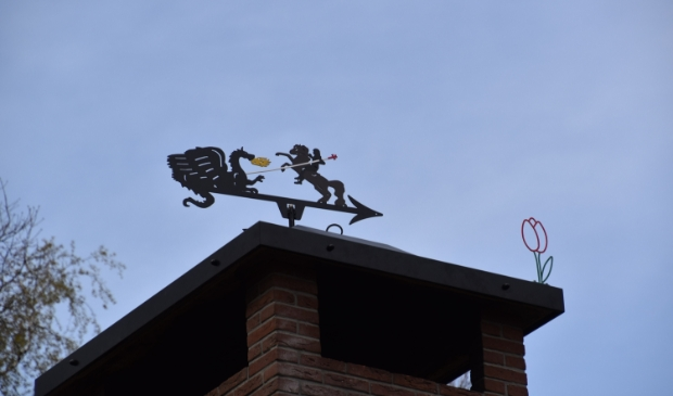 Sint Joris en de draak als windwijzer boven op de nieuwe schoorsteenkap van Scouting Pieter Maritz