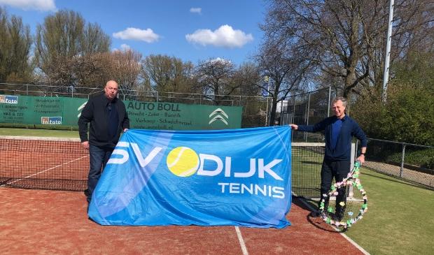 <p>Ben Greeven (Sunnycamp) en Jan K&uuml;hne kwamen samen hun sponsorbankje bekijken. Het zijn neven van elkaar en zijn al jarenlang een trouwe sponsor van SV Odijk Tennis.</p> <p>SV Odijk&nbsp;</p> © BDU media