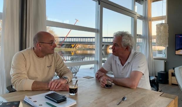 <p>Kees Bruins (links) interviewt kapper Hans Hanff (rechts).</p>