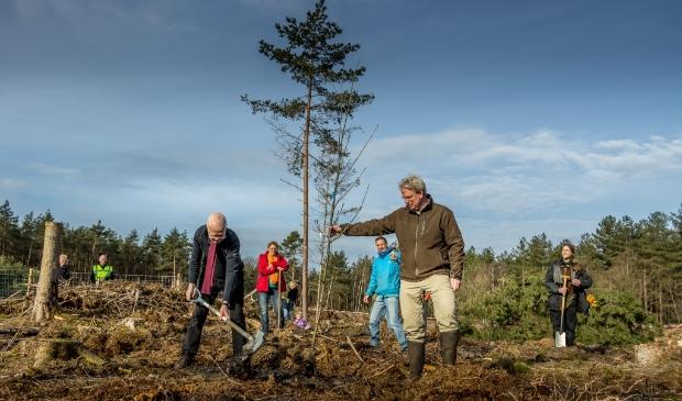 <p>Om 9.42 ging de eerste boom de grond in, door Rients Ritskes, oprichter van Zen.nl en Sander Haken, bestuurslid van Landgoed den Treek - Henschoten.</p>