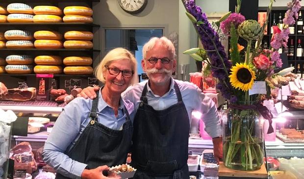 <p>Minne en Dixy in de winkel in Driebergen, hun vertrek heeft grote impact op de klanten.</p>