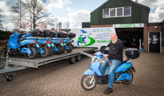 <p>Cor van Soest bij de Scootz-vestiging aan de Wesselseweg in Kootwijkerbroek.</p>
