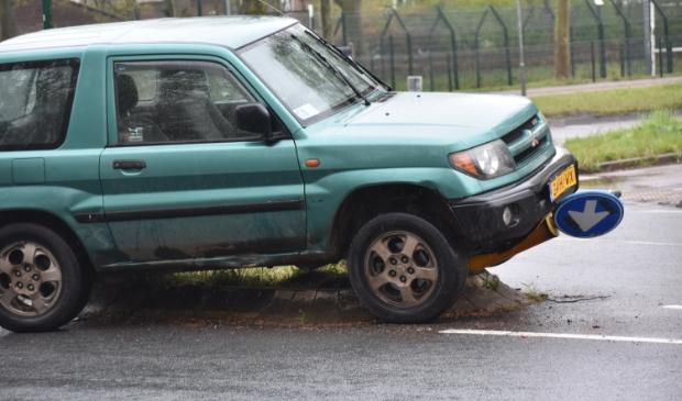 <p>De auto kwam op de verkeersgeleider terecht en botste daar tegen een paal met verkeersbord.</p>