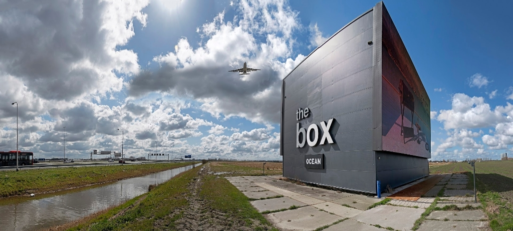 <p>Strakke lijnen en weidse uitzichten kenmerken Schiphol Trade Park, waar de vliegtuigen ook in lockdown bijna onafgebroken over vliegen.&nbsp;</p> KEES VAN DER VEER © BDU media