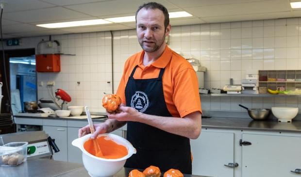 <p>Banketbakker Dennis van Banketbakkerij Chocolaterie Veldhuizen</p>