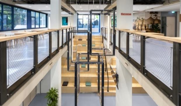 Kroonluchters gemaakt van oude raamkozijnen gemaakt door Studio Valkenier voor kantoor Artsen zonder Grenzen.
