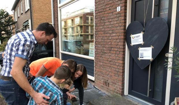 Een gezin begint bij de wandeling met het bekijken van het startfilmpje