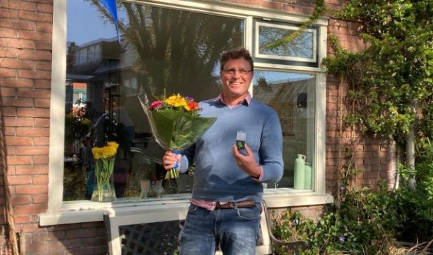 Fokke de Jong ontvangt een lintje en bloemen van Groenlinks Amersfoort.