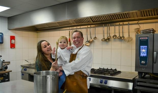 Henrico in de keuken en Mariah op de voorgrond als gastvrouw: ,,Juist op deze manier versterken we elkaar.''