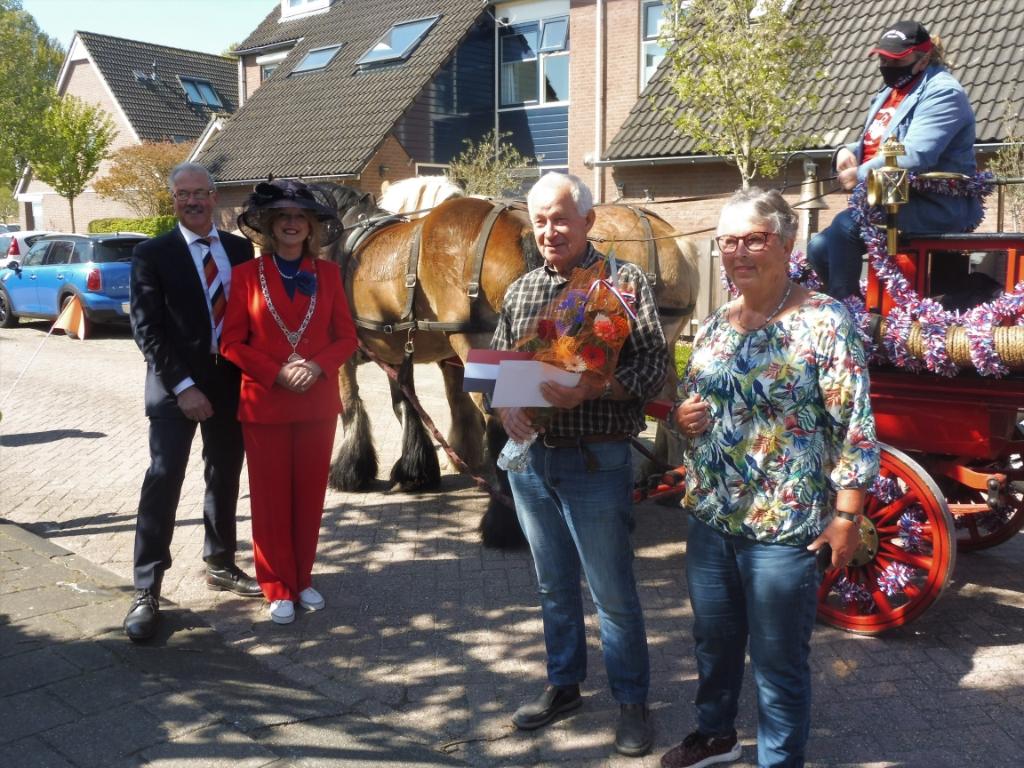 Wim Huurman poseert met zijn vrouw bij de brandweerspuit, links burgemeester Melissant Hannie Visser-Kieboom © BDU Media