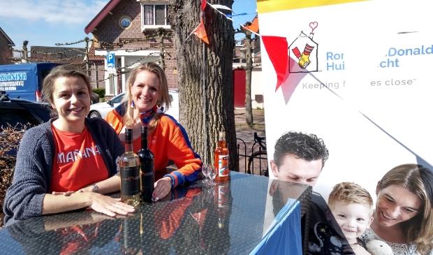 Chantal van der Leest (rechts) kreeg hulp van Emma Strik voor de verkoop van wijn voor het Ronald McDolands huis.
