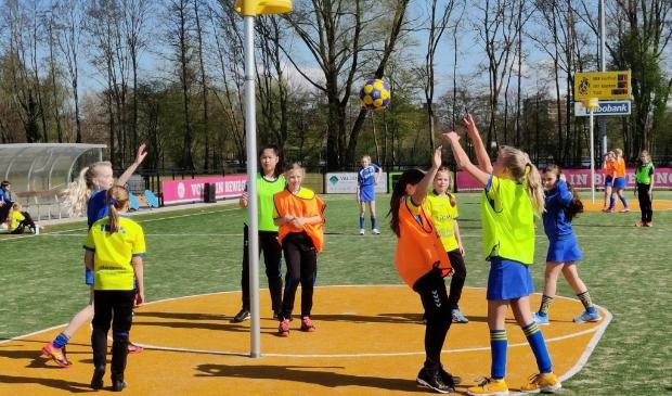 <p>Een stralend voorjaarszonnetje bij een training van SKF korfbal.</p>
