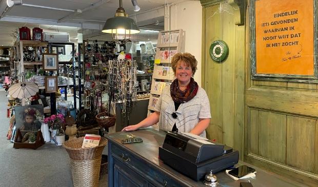 <p>Cora Zeegers runt Kringloopwinkel Teen & Tander sinds januari aan de Postweg 3.</p>