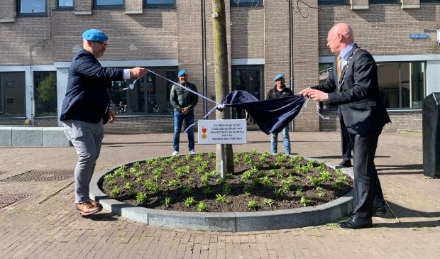 <p>Veteraan Marcel Dagniaux onthult samen met burgemeester Gilbert Isabella een bord als waardering voor de Nederlandse veteraan</p>