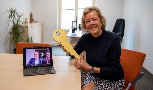 De sleuteloverdracht voor de kantoorruimte vanuit wethouder Boonzaaijer naar bestuurder Hagen van QuaRijn.