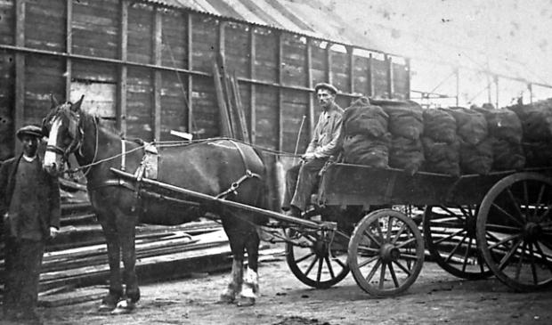 <p>Deze foto is gemaakt bij het station in Sliedrect waar de kolen gelost werden en vervolgens opgehaald werden door de kolenboeren.</p>