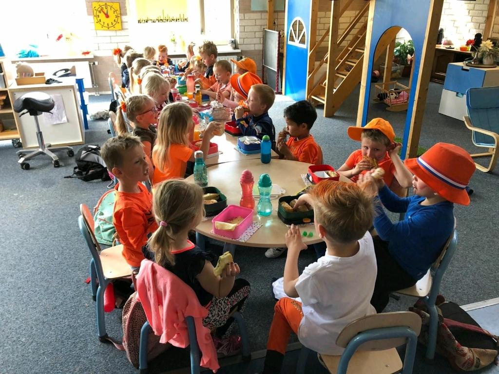 De kleuters ontbijten gezellig samen in de klas. Desiree de Vries © BDU media