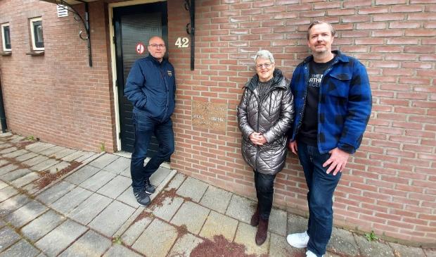 """<p>De bestuurders Gosé van der Meijde, Carla van Gelder en René Huibers naast de eerste steen van 1985: ,,Er is geen aanwas. Dan houdt het op.""""&nbsp;</p>"""