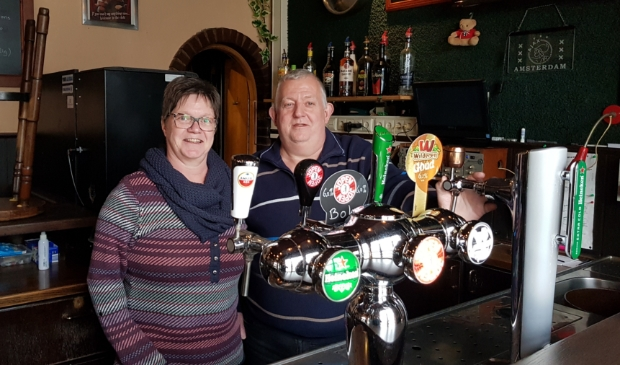 <p>Miranda en Paul de Vries kijken uit naar het moment dat ze weer een biertje mogen tappen voor hun (stam)gasten.</p>