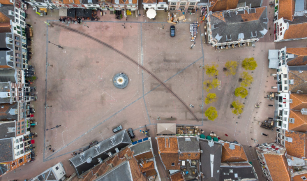 <p>Met witte stippellijnen is het terrasgebied maandag aangegeven&nbsp;</p>