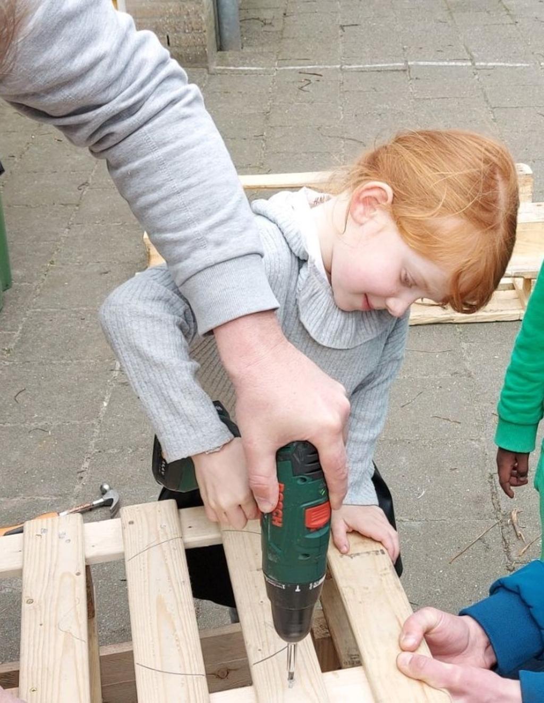 Kleuters van de Koepelschool maken onder leiding van vier handige vaders een modderkeuken en een loungebank Tieneke de Groot © BDU Media
