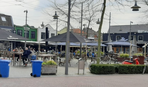 <p>Een kleine tien terrastafels zijn om 12.00 uur bezet op het Museumplein in Ede.</p>