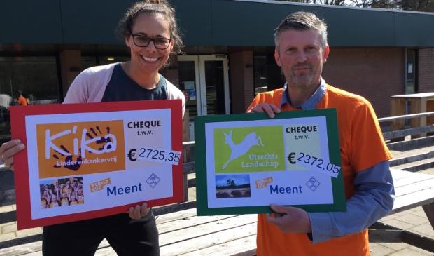 Juf Yael Schut en Remco de Koning (schoolleider) met de cheques voor de goede doelen.