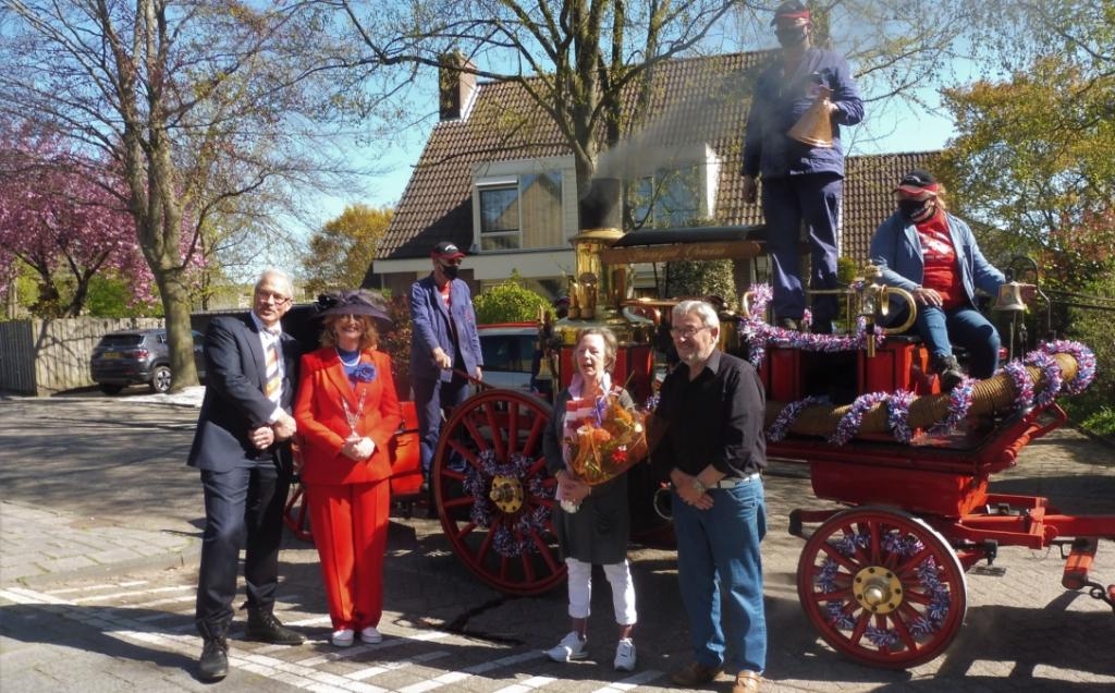 Coby Biemans werd verrast door burgemeester Reinie Melissant met haar onderscheiding Hannie Visser-Kieboom © BDU Media