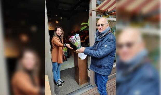 Een vrijwilliger van 'van Houten&co' haalt zijn bloemetjes op bij Fiori Style.